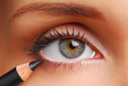 woman-applying-eyeliner-horiz